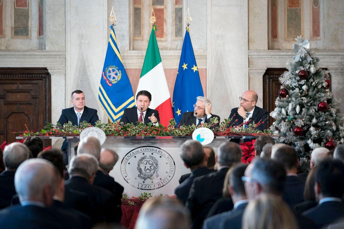 Il premier sconfessa sé stesso e sputa su Salvini, flat tax e porti chiusi