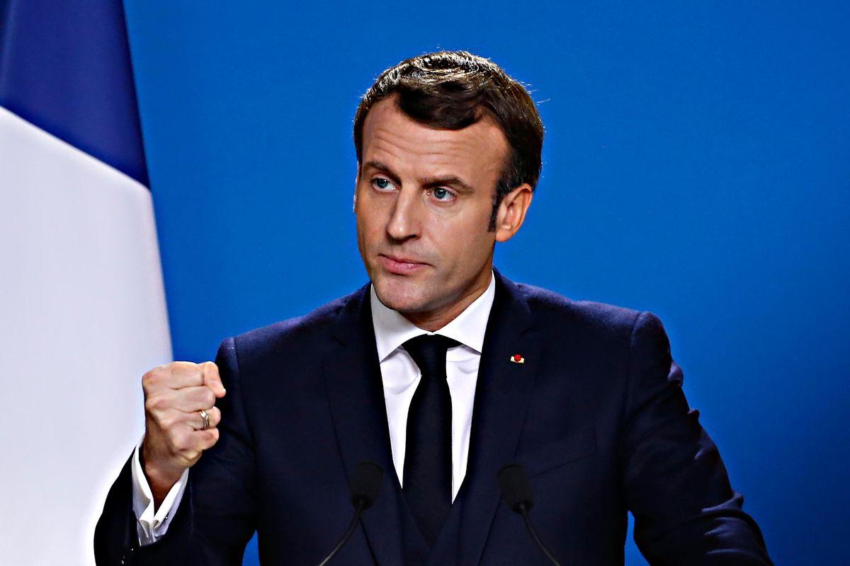 Macron premia con la legion d'onore il fondo che gode per la sua riforma