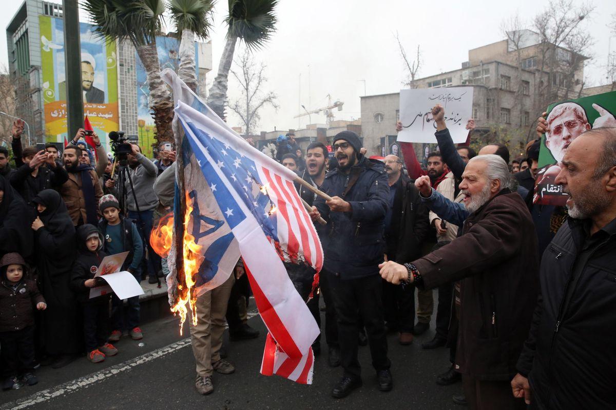 L'Iran giura vendetta all'America e le milizie sparano i primi missili