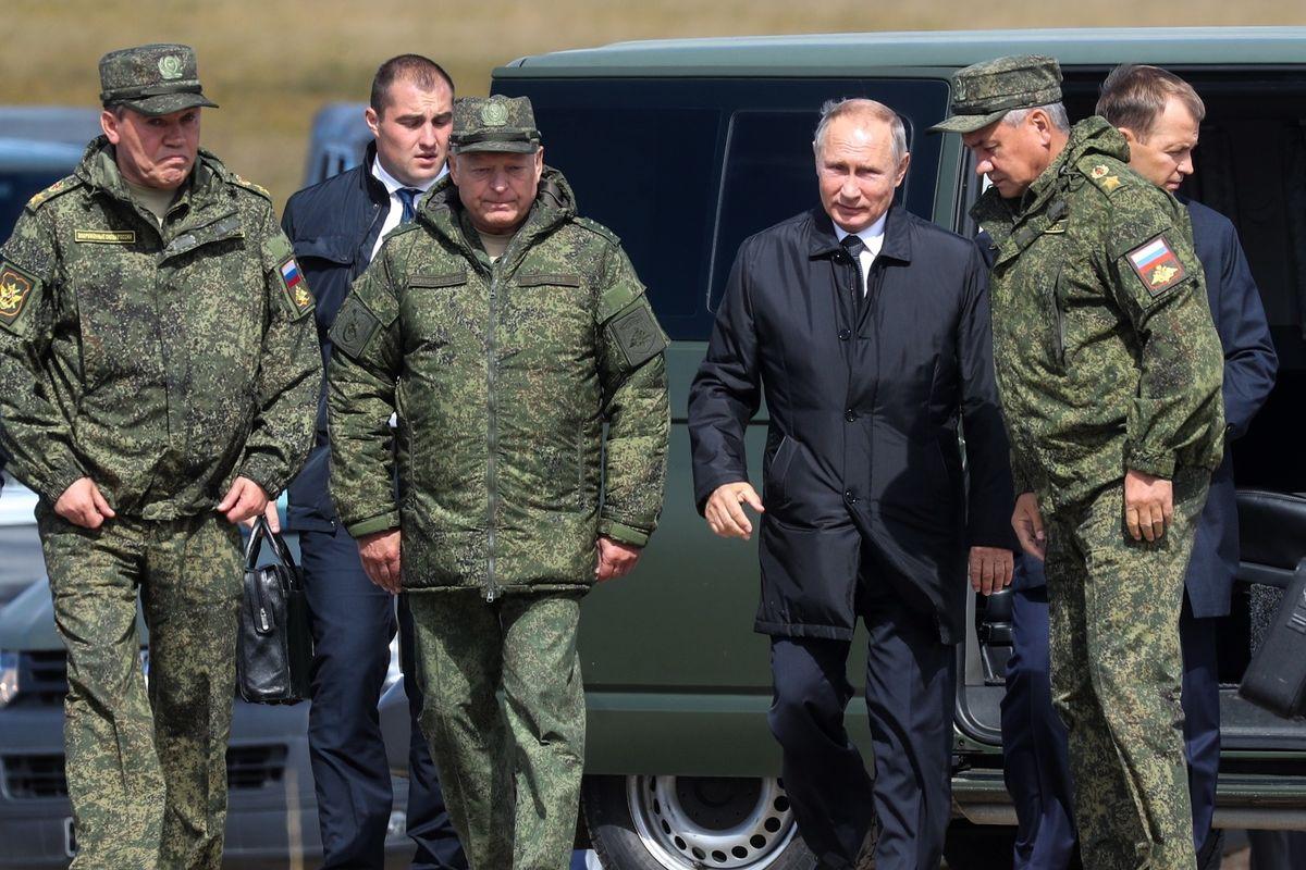 Putin stringe con Haftar e Al Serraj. La crisi libica si risolve al Cremlino