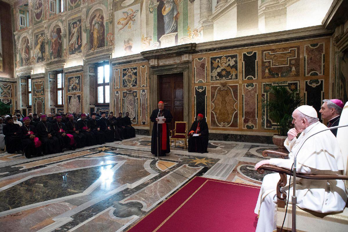Basta la firma di Ratzinger a far esplodere la guerra sul ruolo di Benedetto XVI
