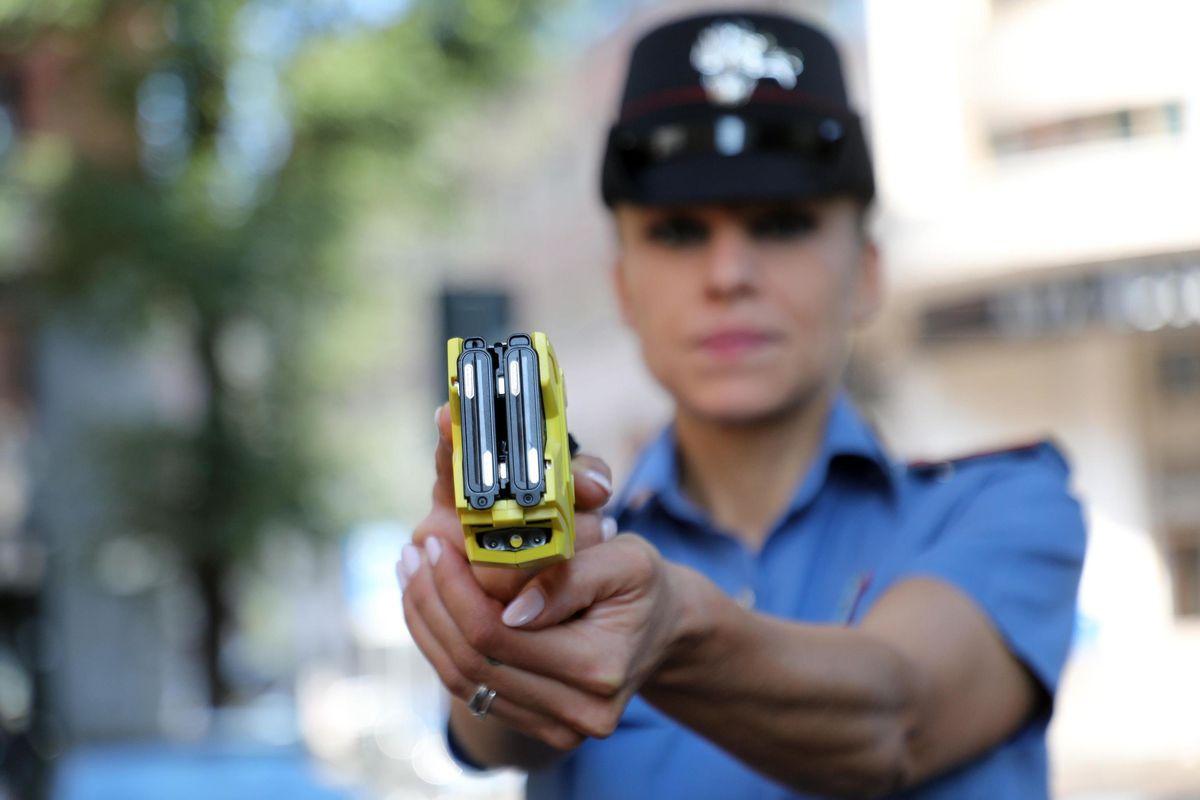 Taser e armi «rosa» per le poliziotte. Il governo approva il nuovo arsenale