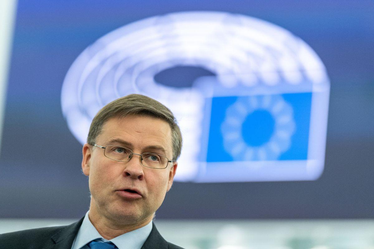 Dombrovskis usa il deficit dei gialloblù per lodare Pd e M5s (che lo fanno alzare)