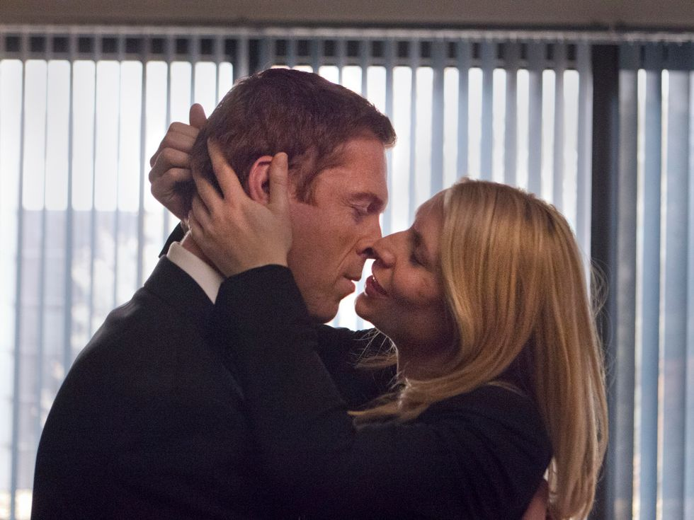Damian Lewis and Claire Danes kissing.