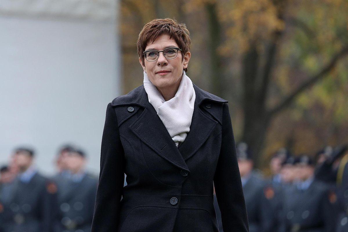 La mini Merkel lascia la guida della Cdu. Ora inizia la guerra per la successione
