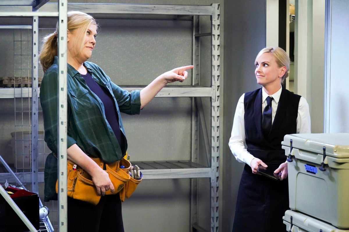 Kristen Johnston and Anna Faris on the set of TV show Mom.