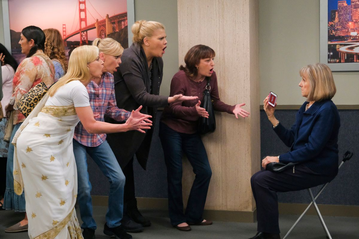 Jaime Pressly, Anna Faris, Kristen Johnston, Beth Hall, and Mimi Kennedy on the set of Mom.