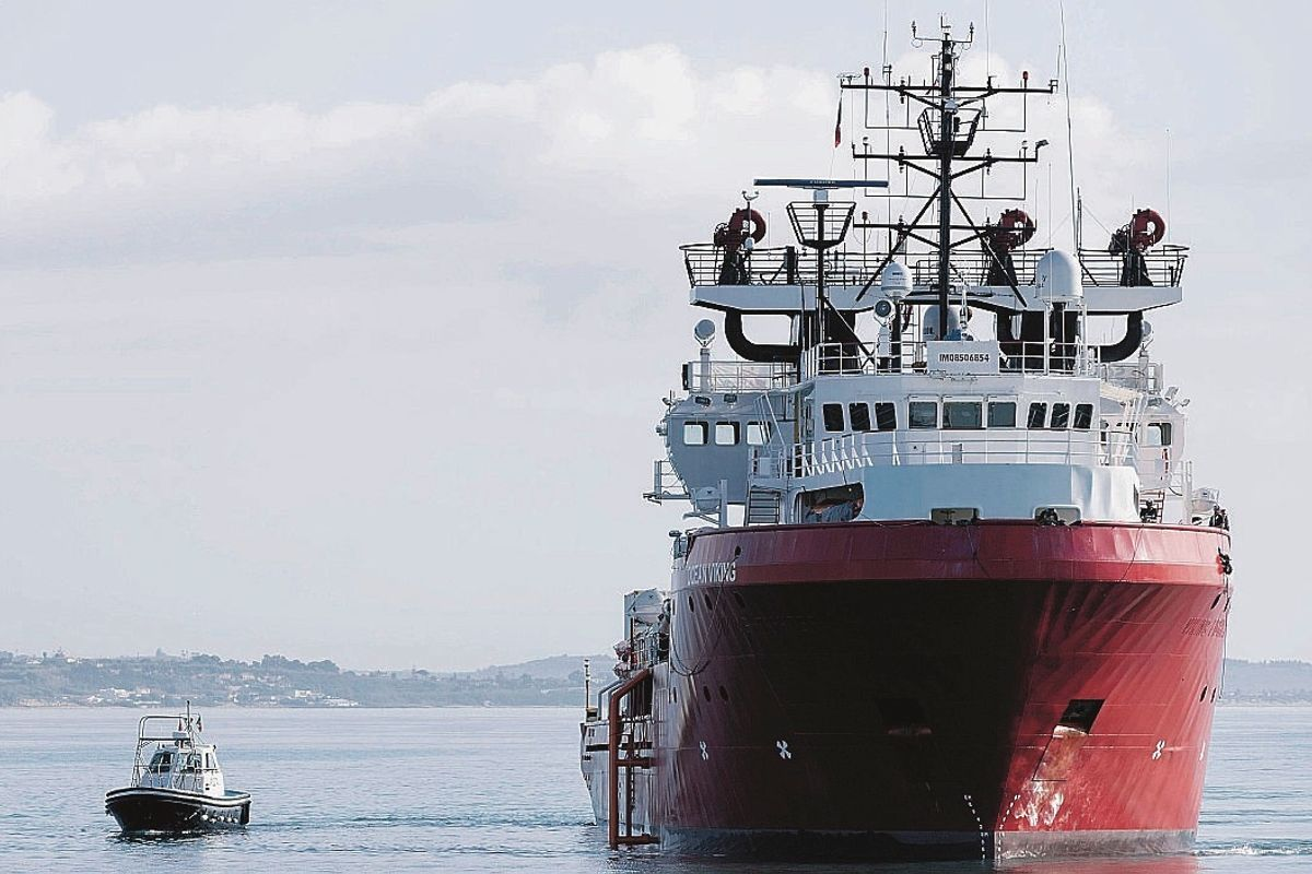 I dem pur di non perdere le regionali lasciano i migranti in mezzo al mare