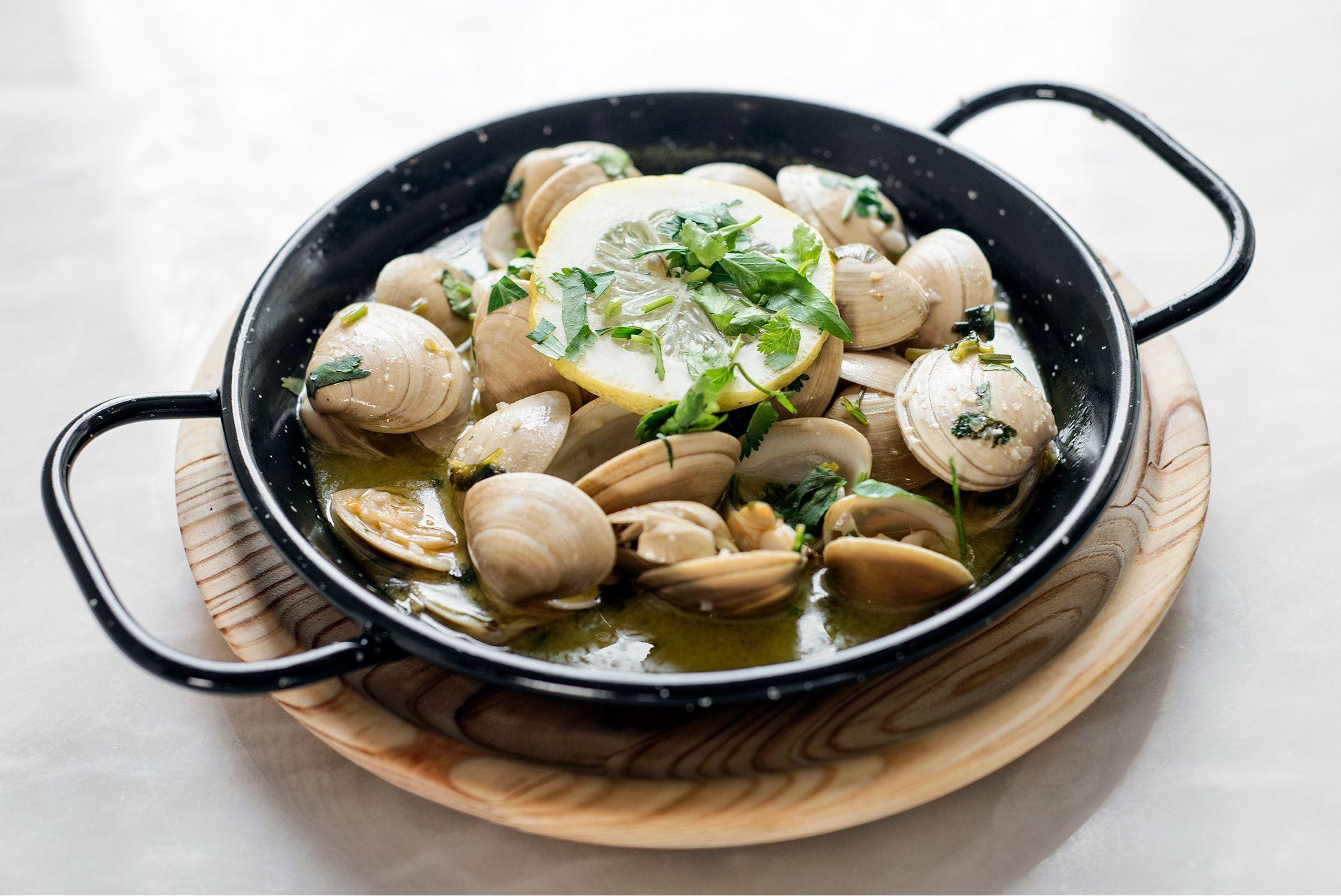 Traditional Portugese Bulh\u00e3o Pato clams.