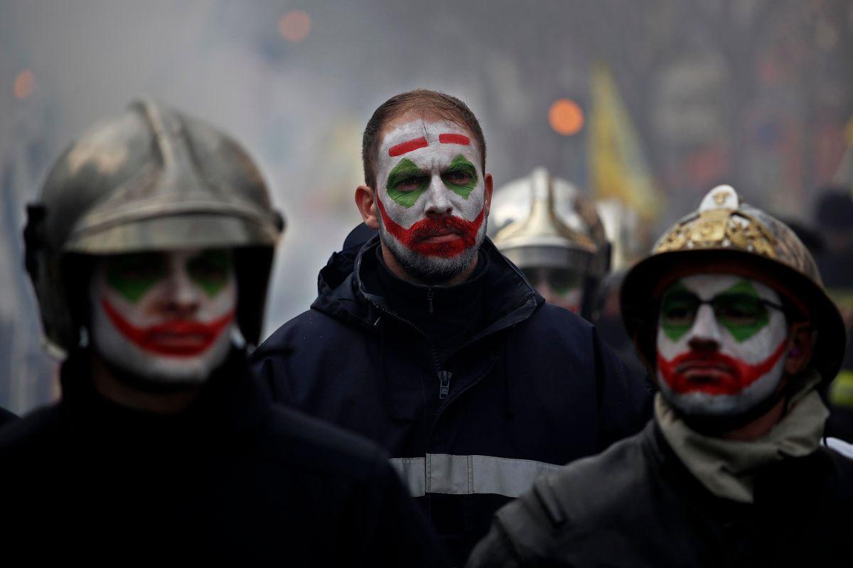 La polizia di Macron «spara» acqua contro i vigili del fuoco francesi