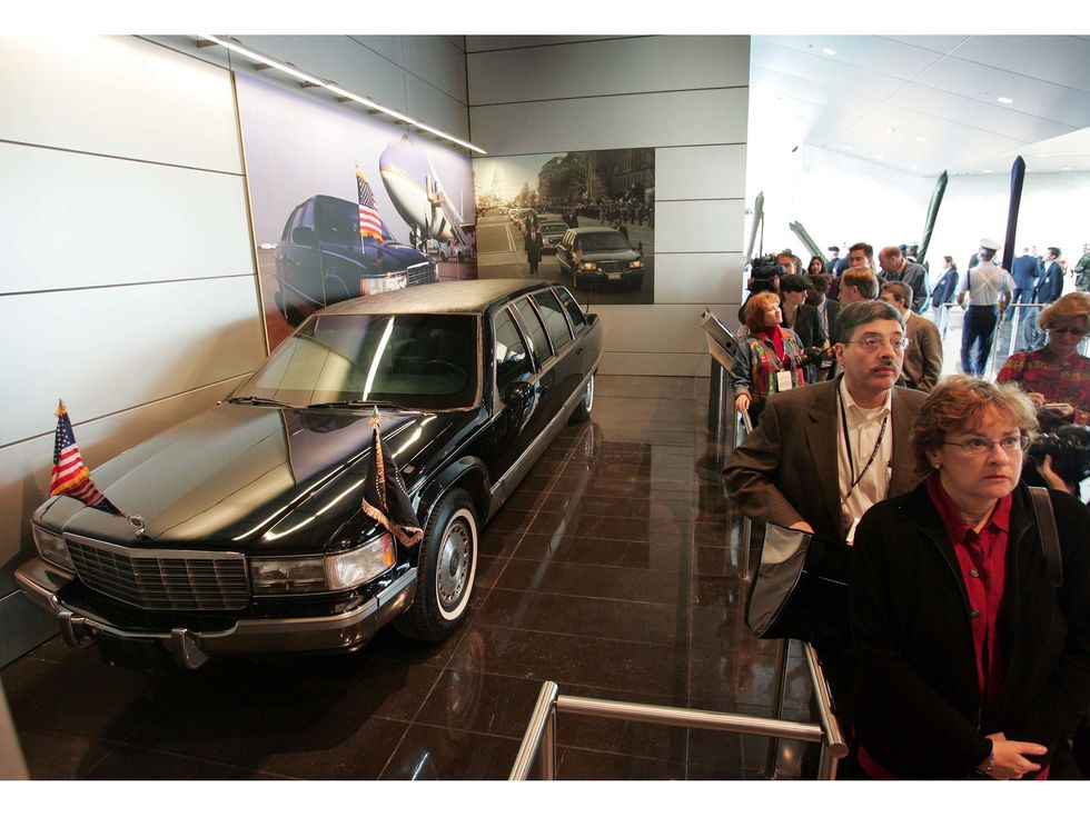 William J. Clinton Presidential Library limousine 2004