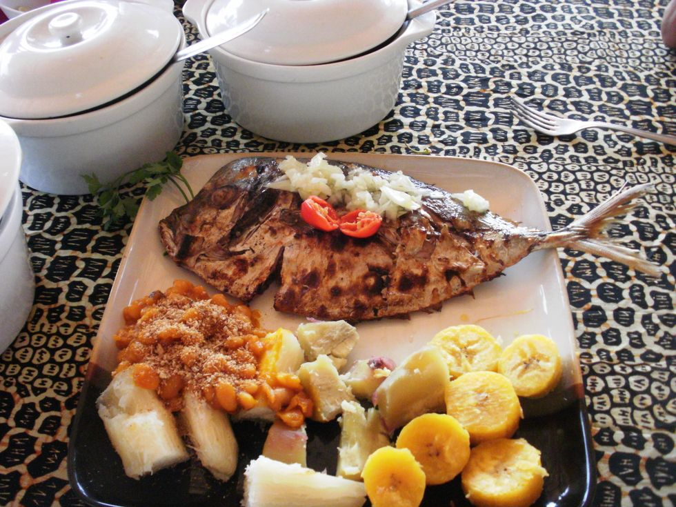 Mufete completo is an Angolan grilled fish dish with cassava and plantain.