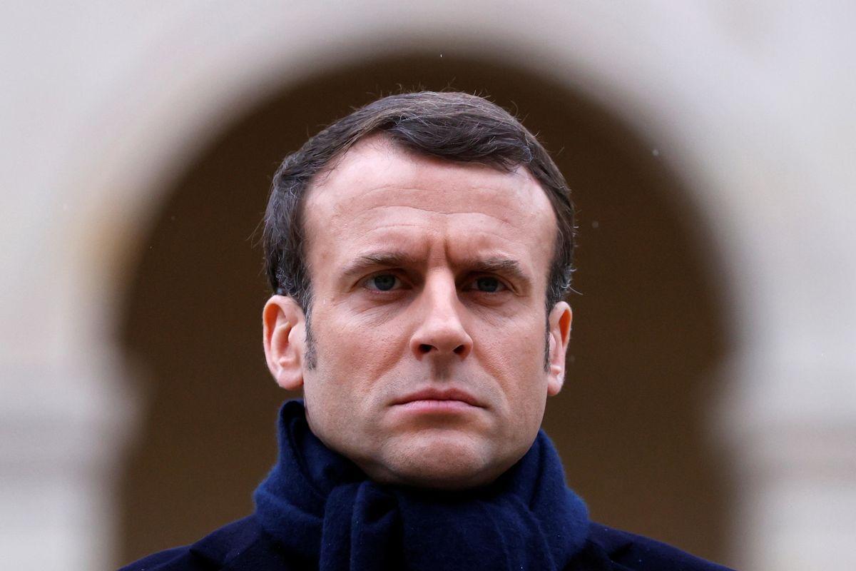 Macron regalò mascherine ai cinesi. Ma ora mancano anche per i francesi