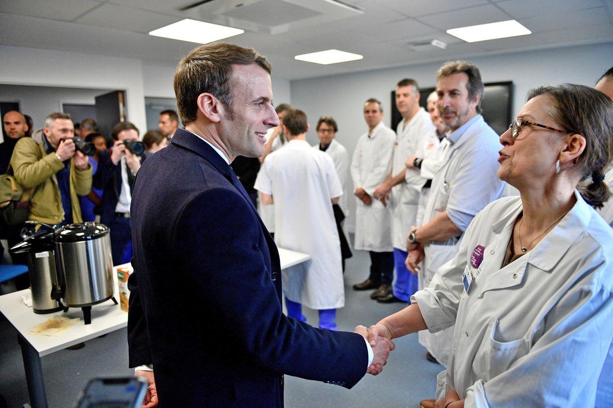 Macron fa lo spavaldo ma ha gli infetti in Aula