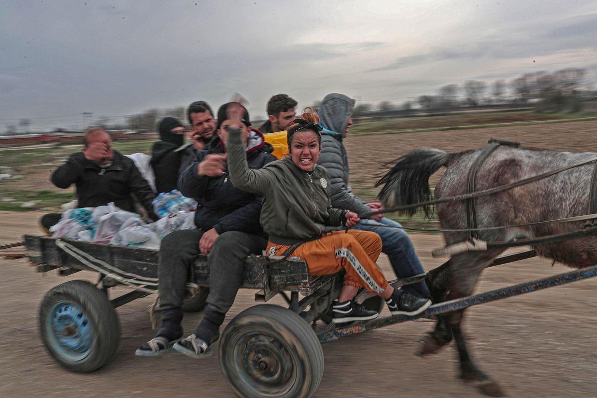 Erdogan attacca i greci con i droni e apre ai migranti la frontiera Ue