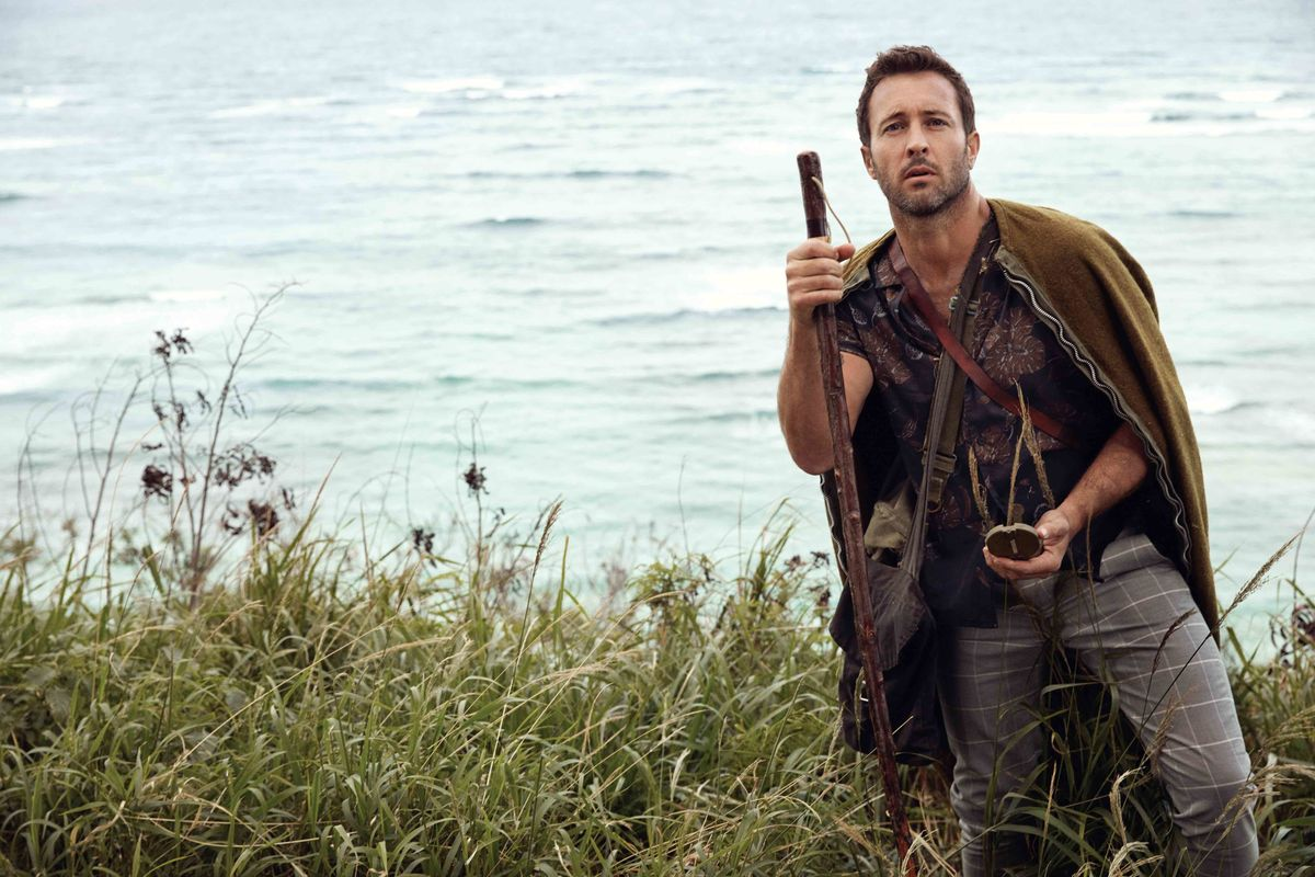 Alex OLoughlin of Hawaii Five-0 hiking through Oahu