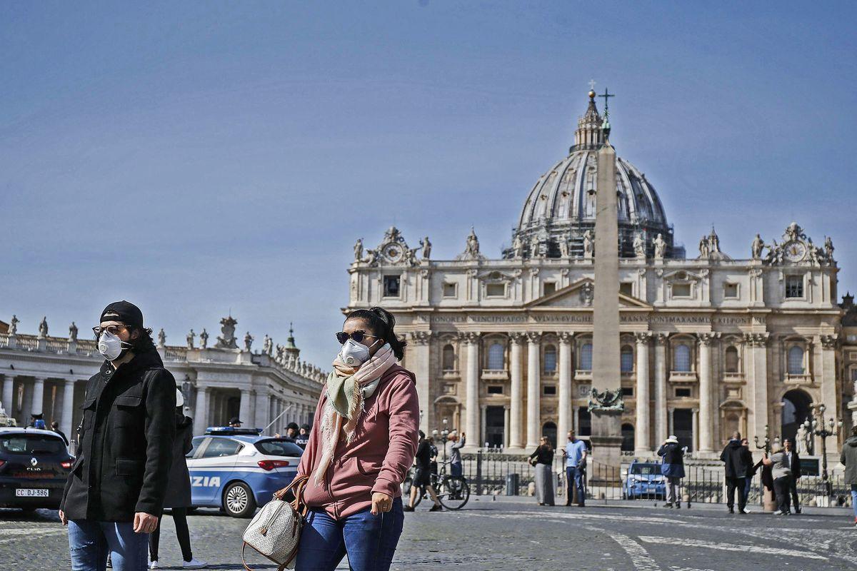 Chiude anche San Pietro, ma il Papa invita i preti a visitare gli ammalati