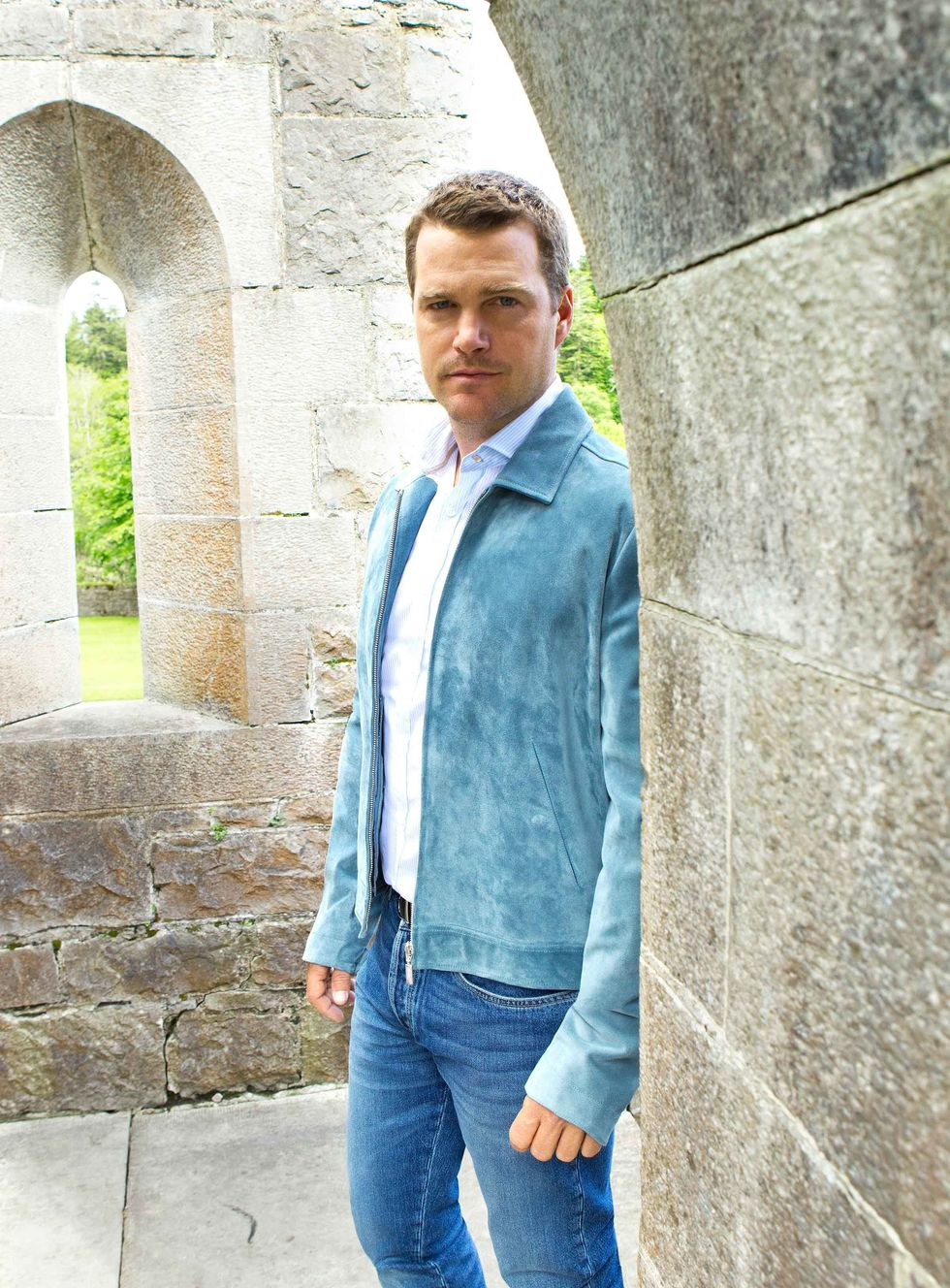 Chris O'Donnell in a blue suede jacket and blue jeans.