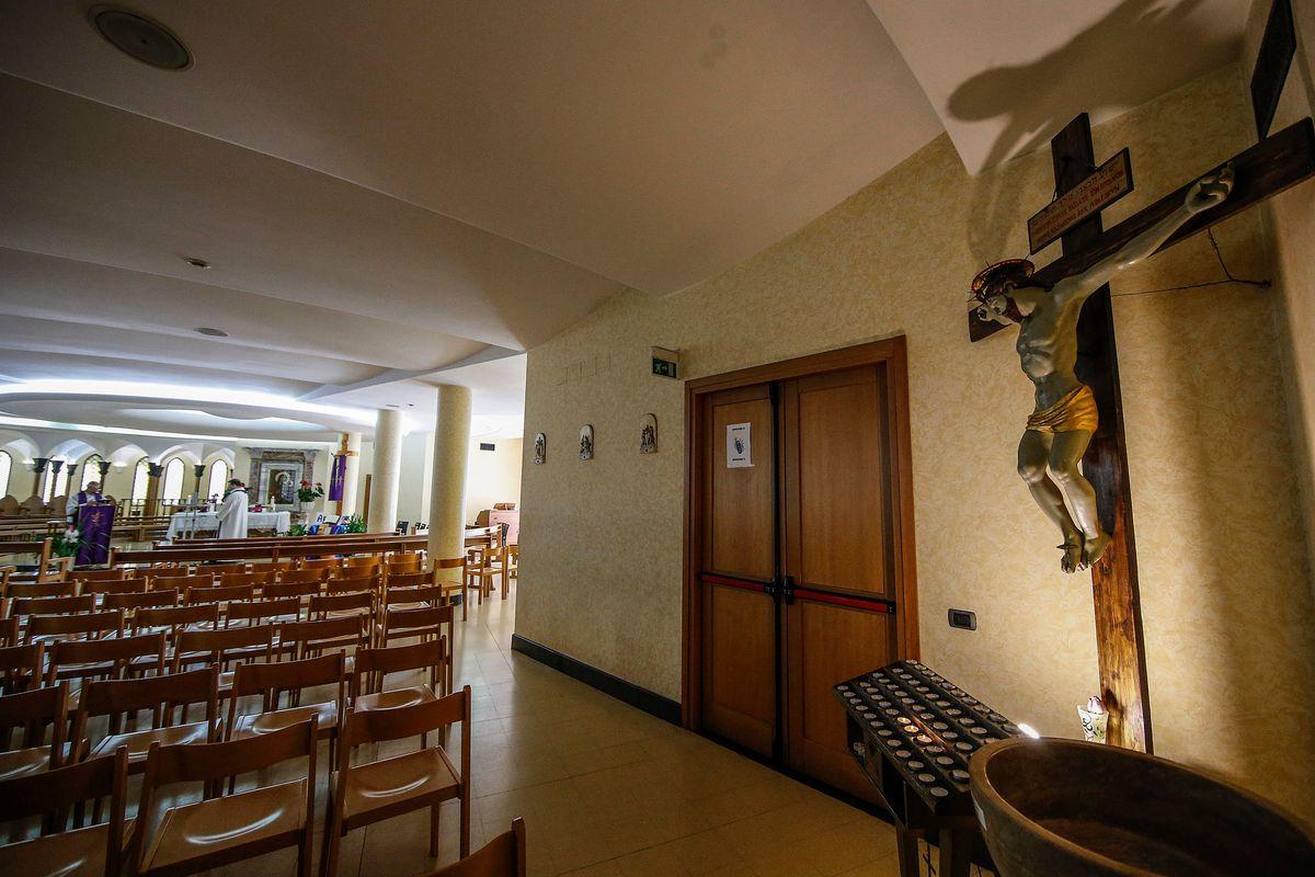Don Vincenzo dice messa coi fedeli casa per casa ma la polizia lo blocca