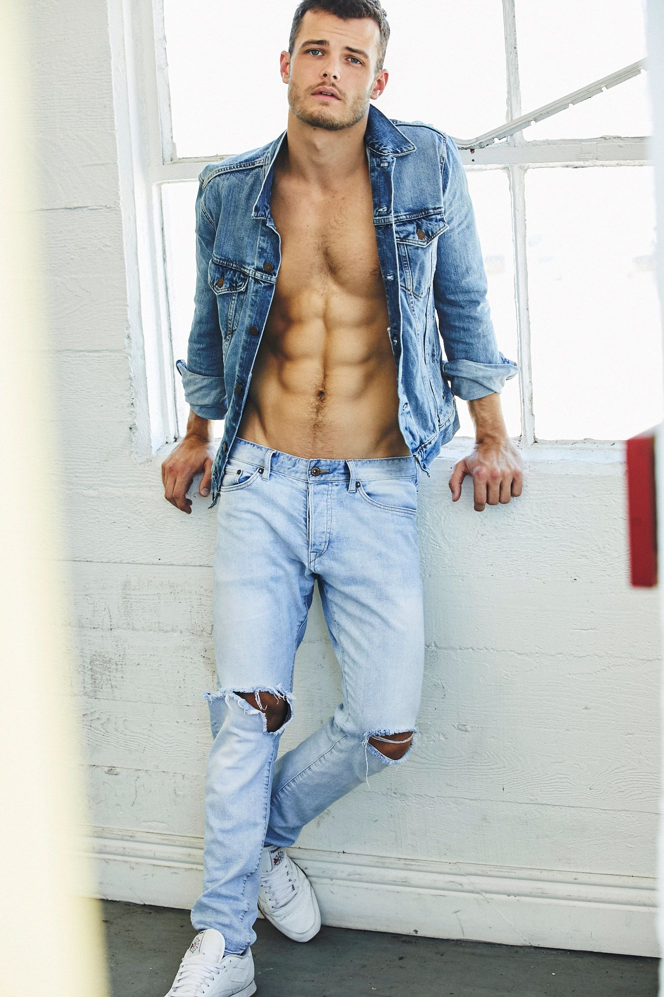 Y&R star Michael Mealor showing his washboard abs.