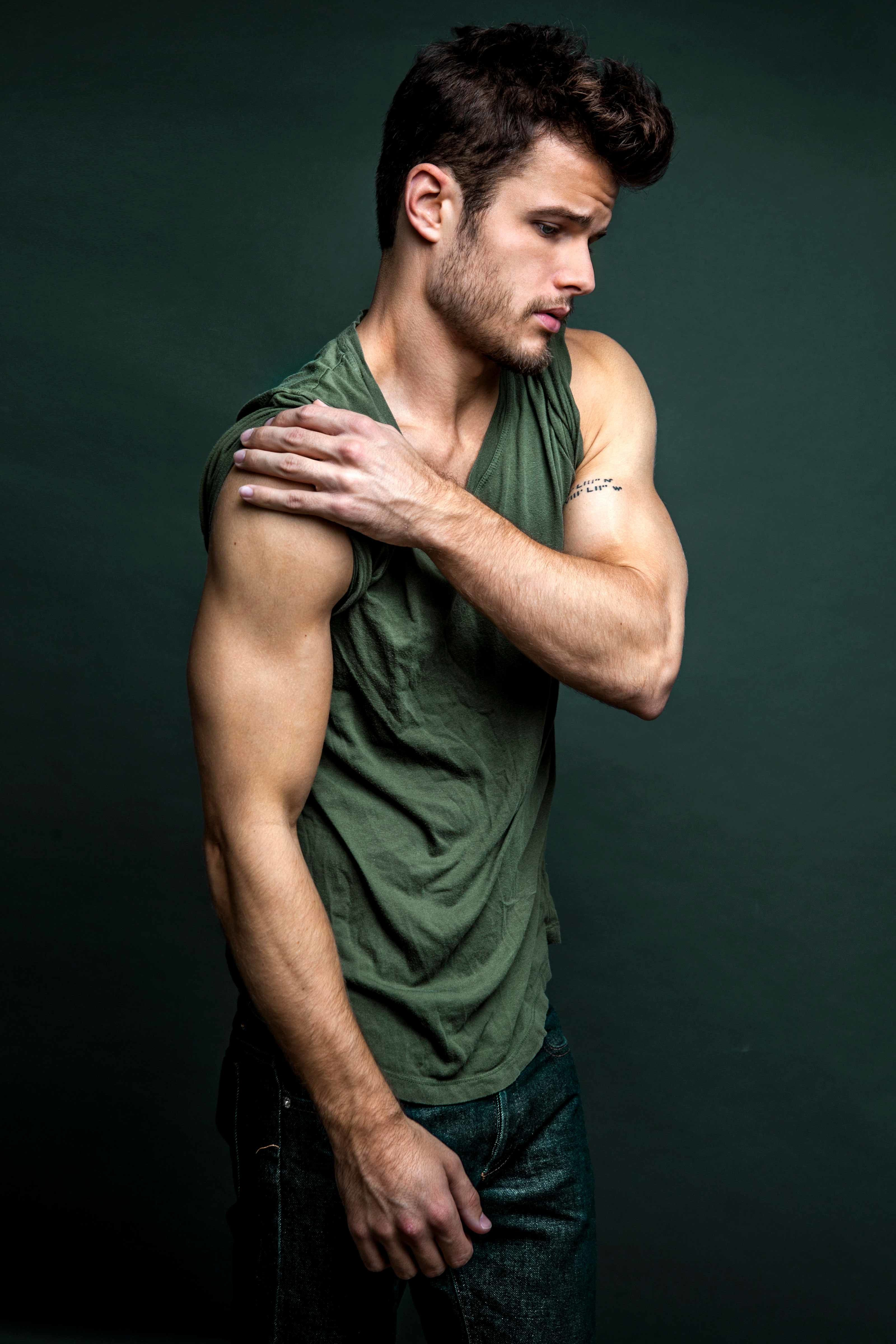Michael Mealor of The Young and the Restless shows off his muscled biceps.