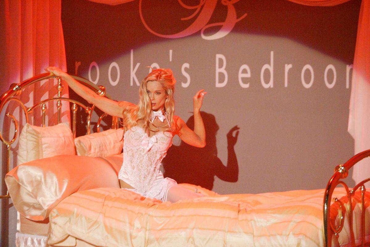 Soap star Jennifer Gareis doing a strip tease.