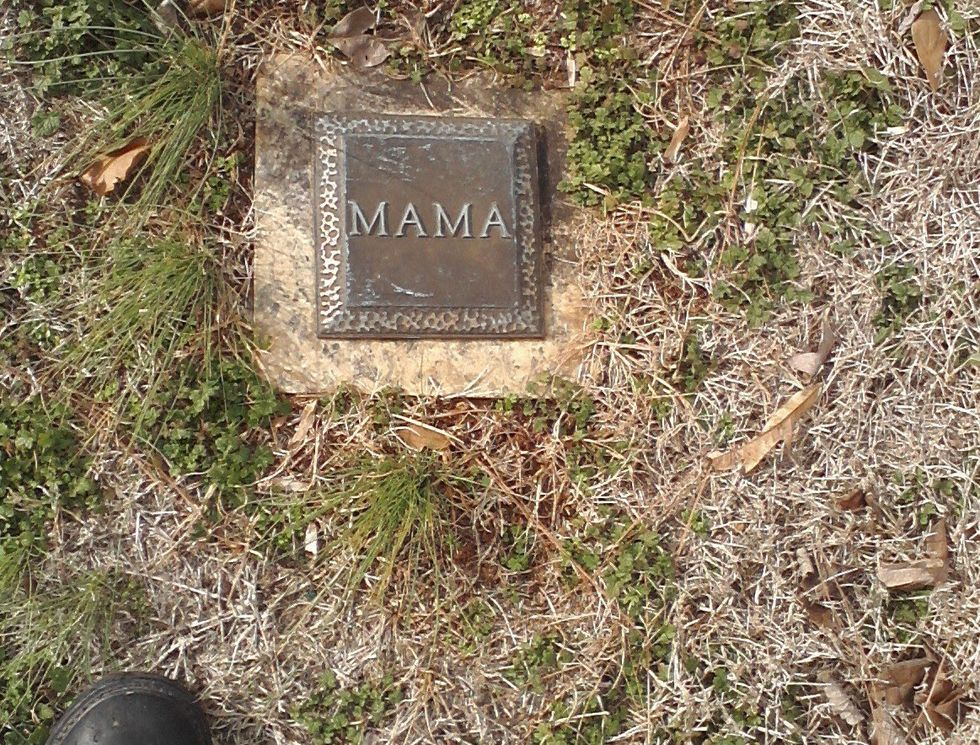 "Grave marker with the word ""Mama"""