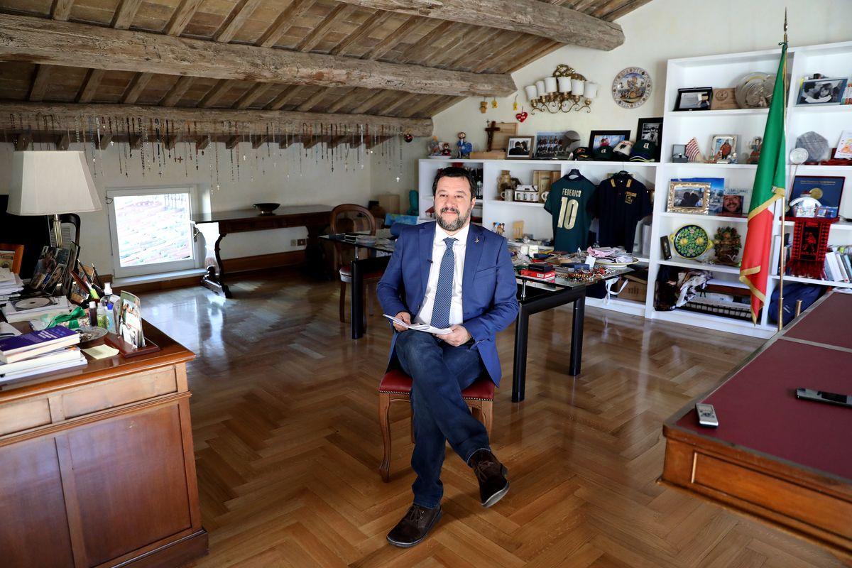 Salvini prova a finire il Conte dimezzato. E dal Quirinale lancia il «governo di unità»