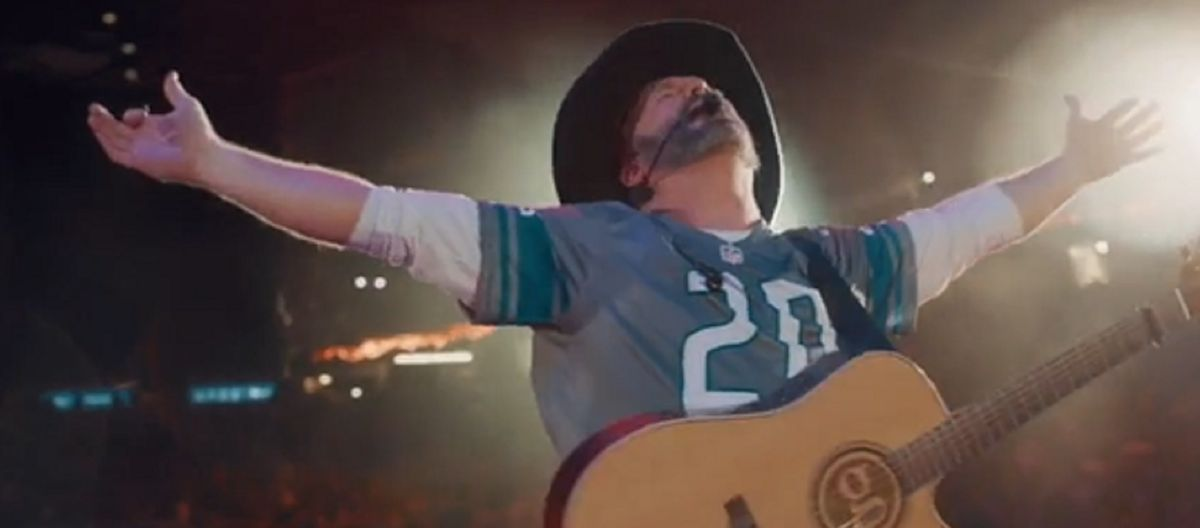 Garth Brooks wore a 'Sanders' jersey at his Detroit show and people on social media are freaking out