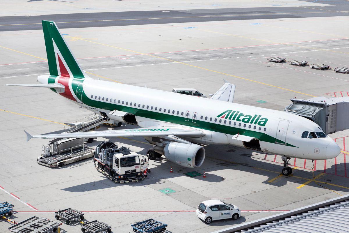 Altri 100 milioni pubblici per l'agonia Alitalia