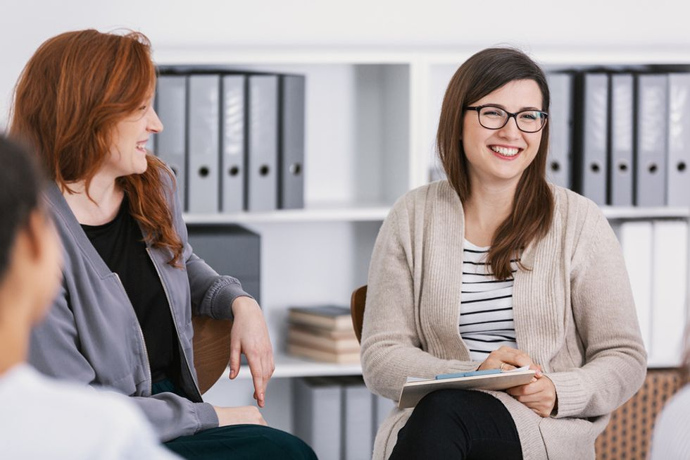 Woman therapist talks to a group of people