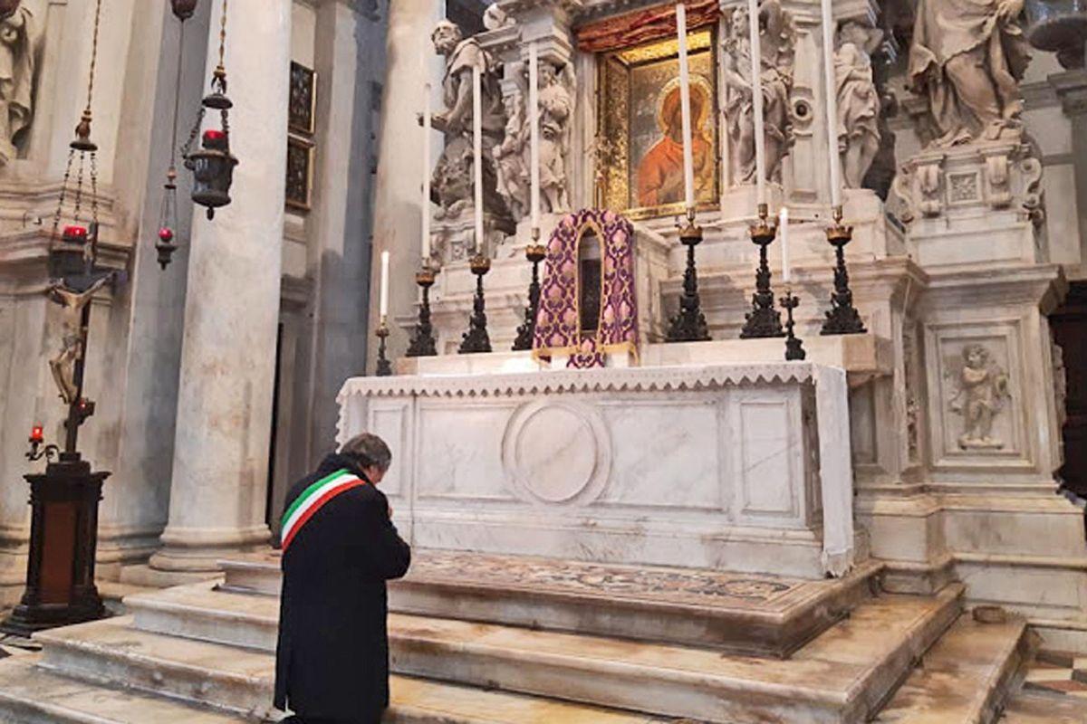 Addio laicismo, i sindaci si affidano ai santi