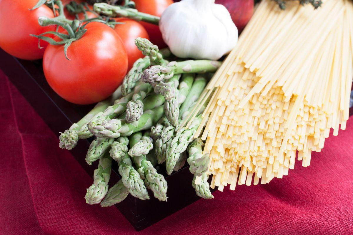Cuciniamo insieme: linguine agli asparagi e acciughe con crema di pecorino toscano
