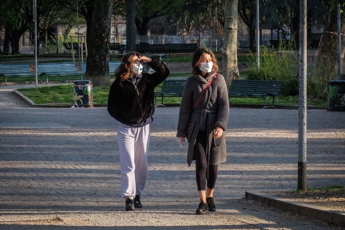 Promosse le mascherine lombarde. Da oggi obbligatorio usarle in strada