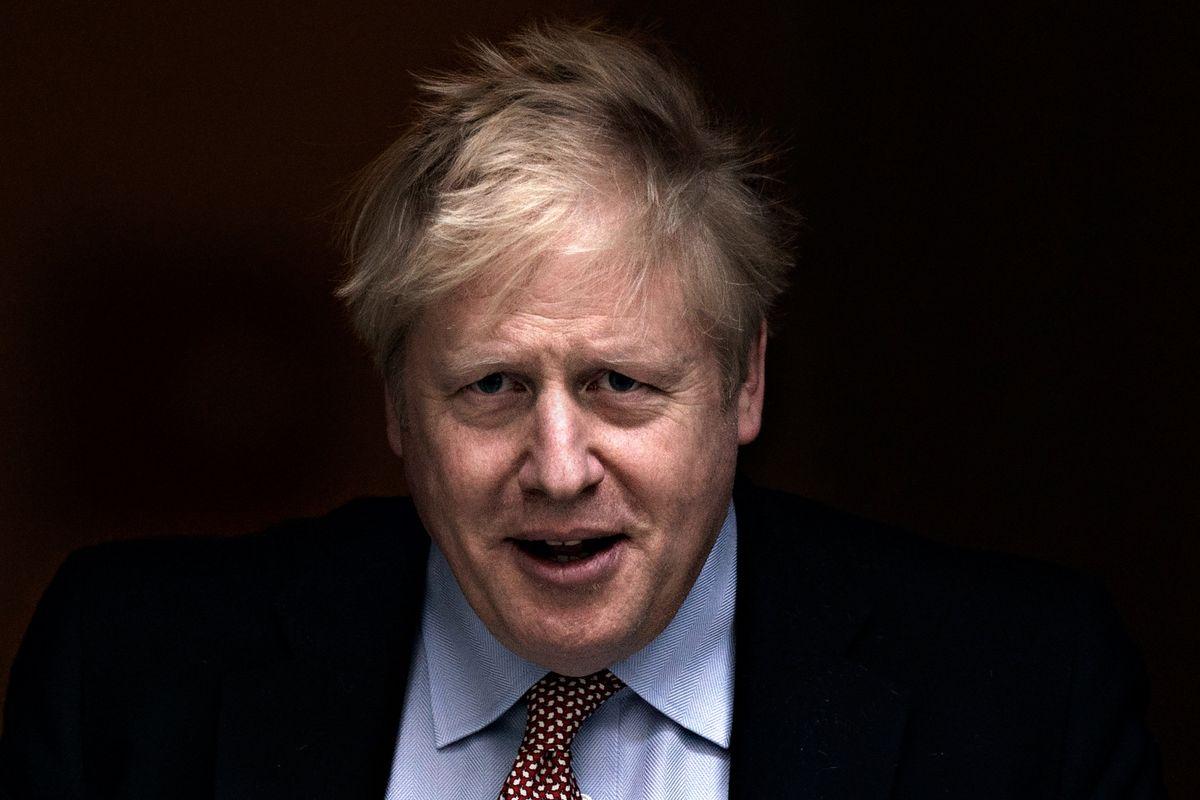 Le sinistre brindano per il ricovero di Boris Johnson in terapia intensiva