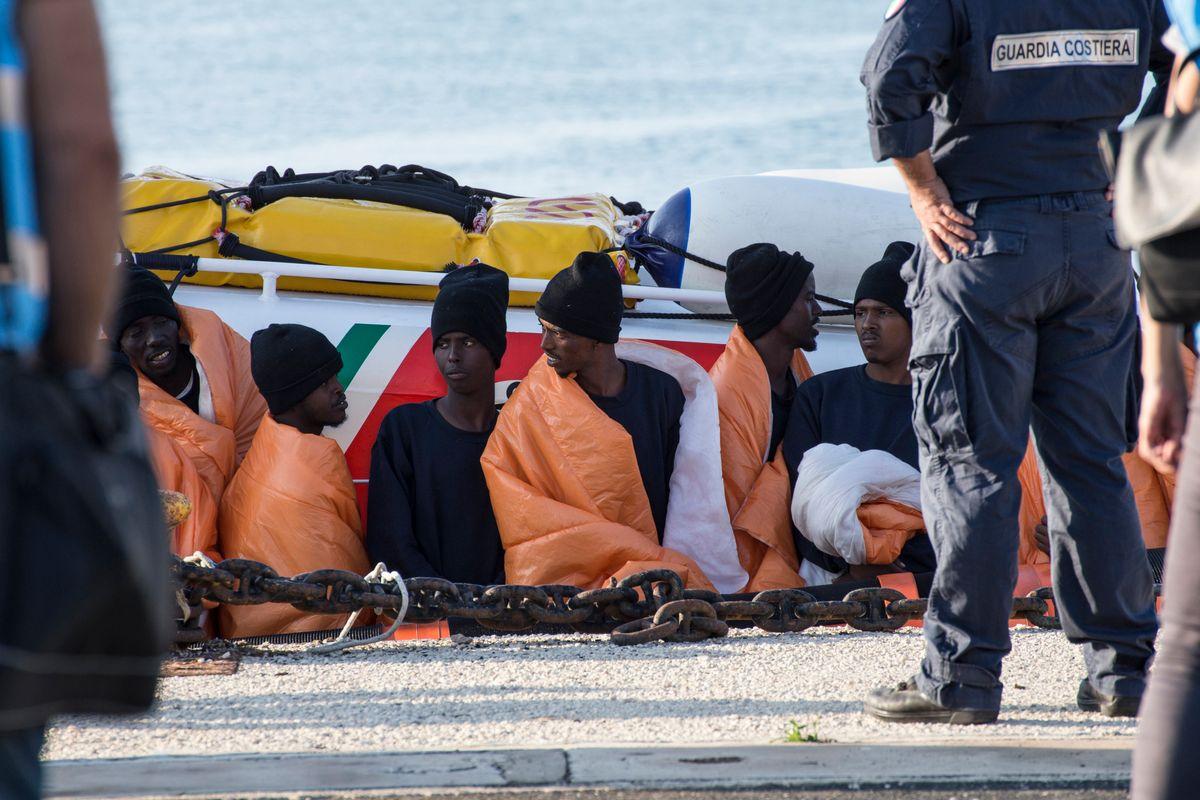 Partono sui gommoni con in tasca il numero del servizio migranti degli avvocati italiani