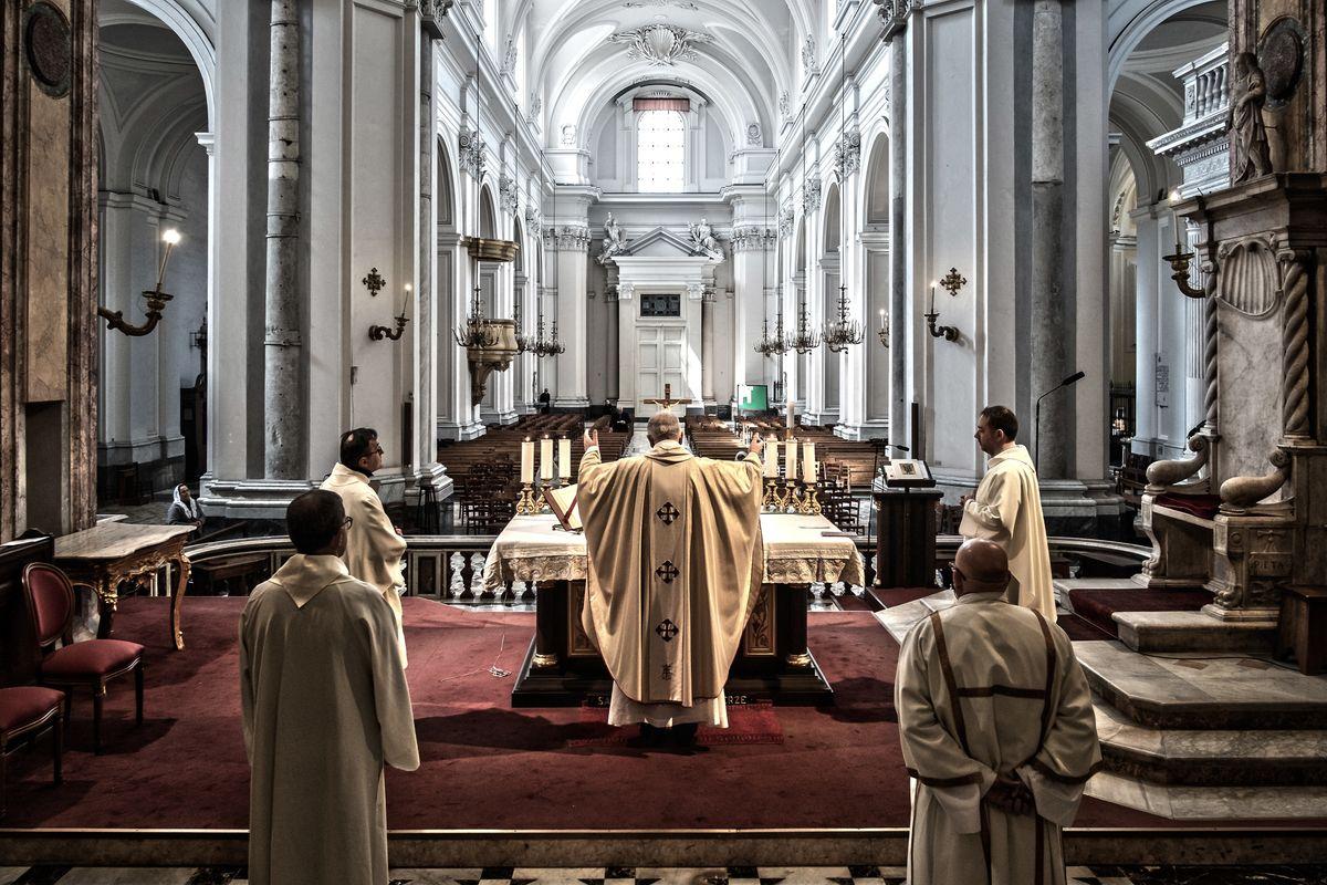 Messe ancora ferme, frontiere spalancate. Il Papa fa lo spot alla maxi sanatoria