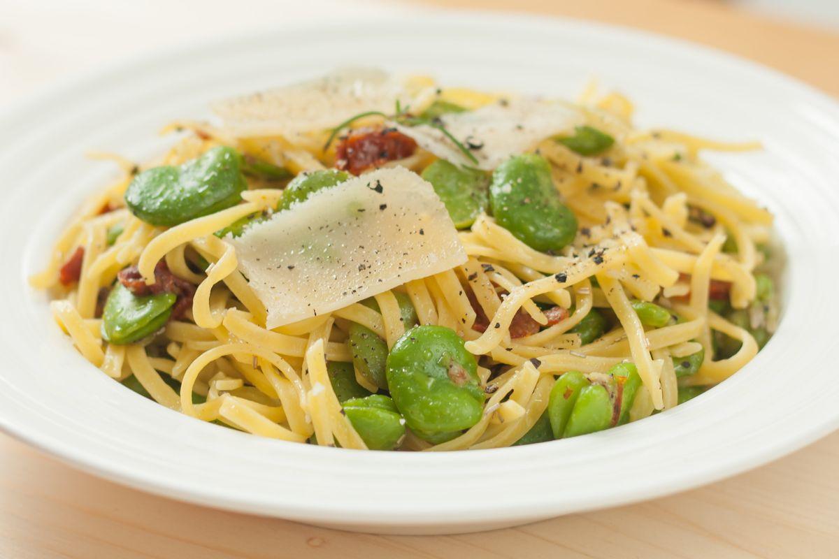 Cuciniamo insieme: spaghetti fave e crema di pecorino