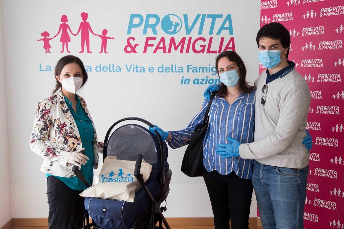 Coronavirus, Pro Vita & Famiglia solidale: torna un «Dono per la Vita», aiuti alle mamme in difficoltà
