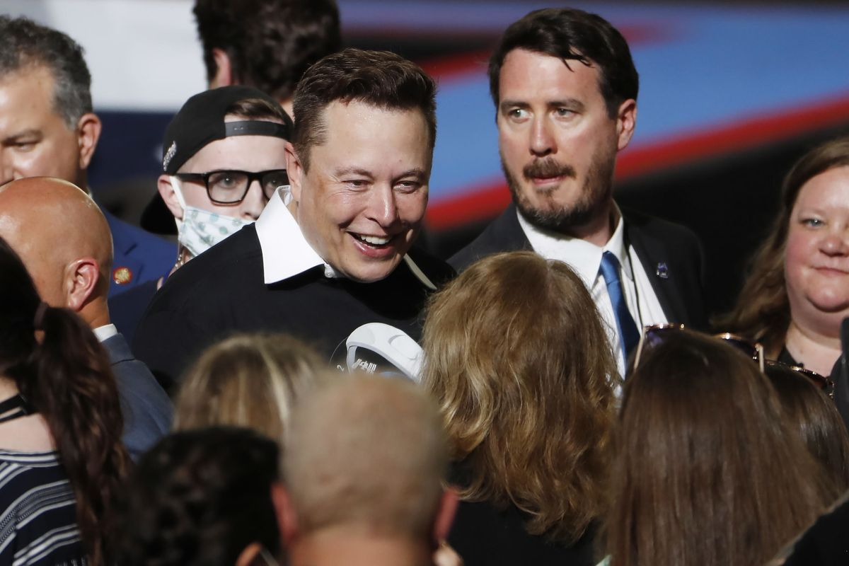 Musk contro Bezos. La sfida spaziale tra i due miliardari
