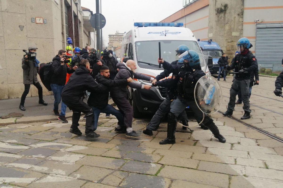 Mentre va di moda l'allerta fascismo gli anarchici mettono bombe vere