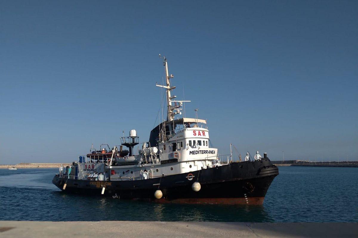 Le navi delle Ong assediano la Sicilia. I taxi del mare di nuovo in azione