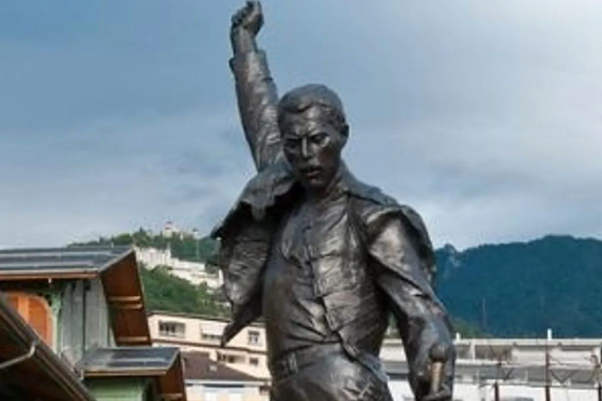 Here are 15 statues that we can all agree should stay up