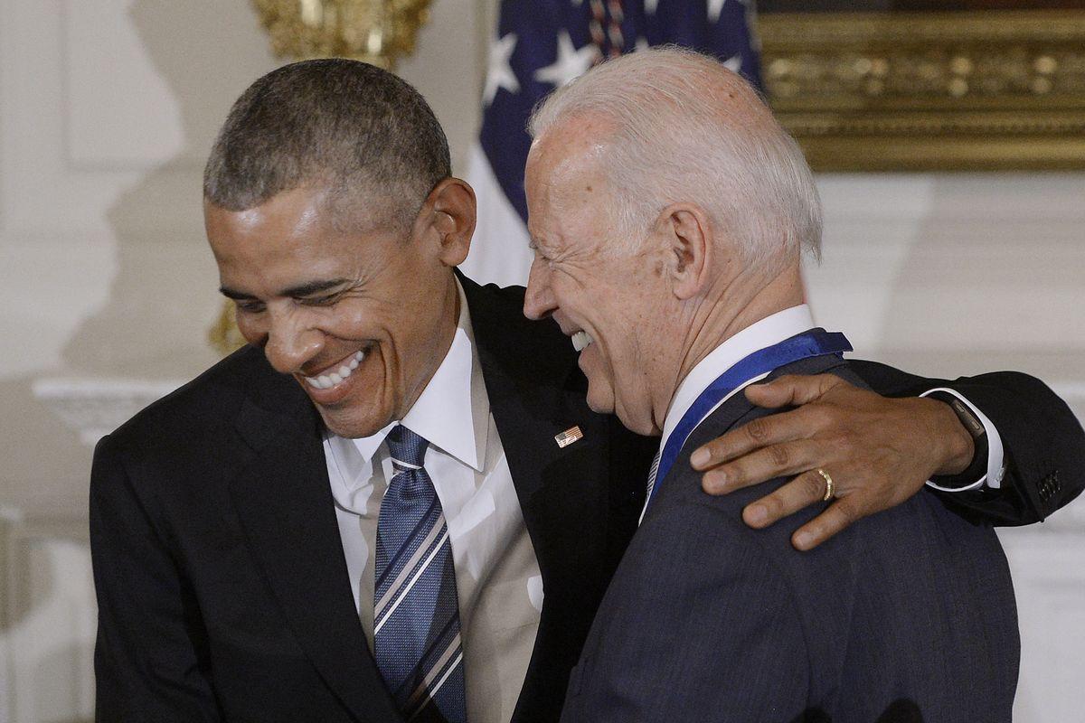 Obama e Biden incastrati dal biglietto dello «007». Indagini illegali su Trump