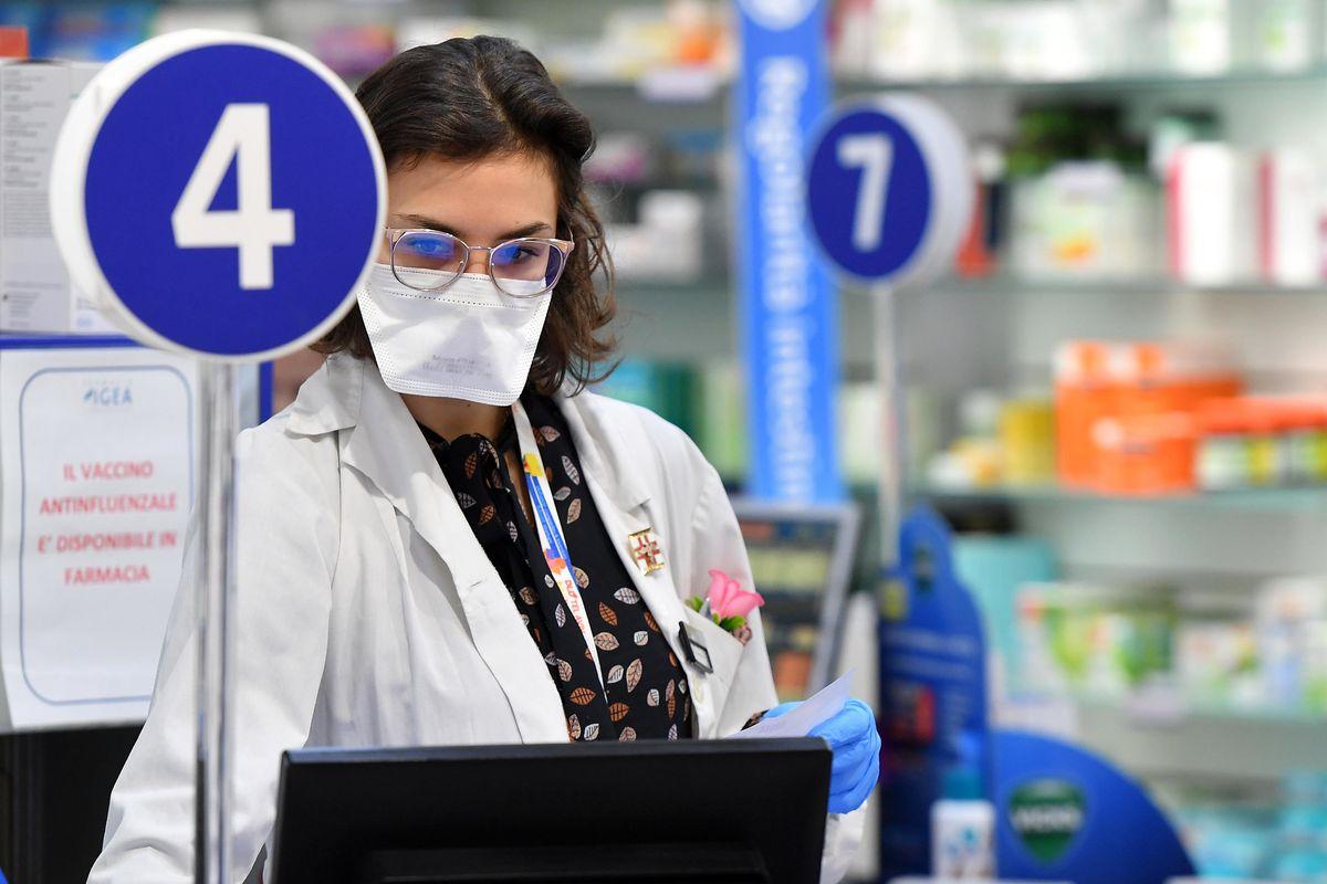 Farmacie a secco di antinfluenzale. Si rischia un altro caso mascherine