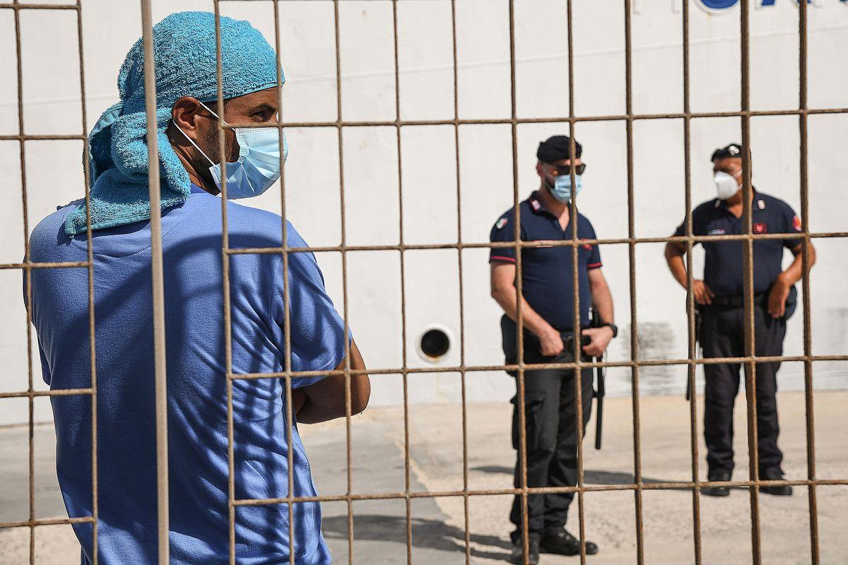 Emergenza contagi fra i poliziotti mandati dai migranti