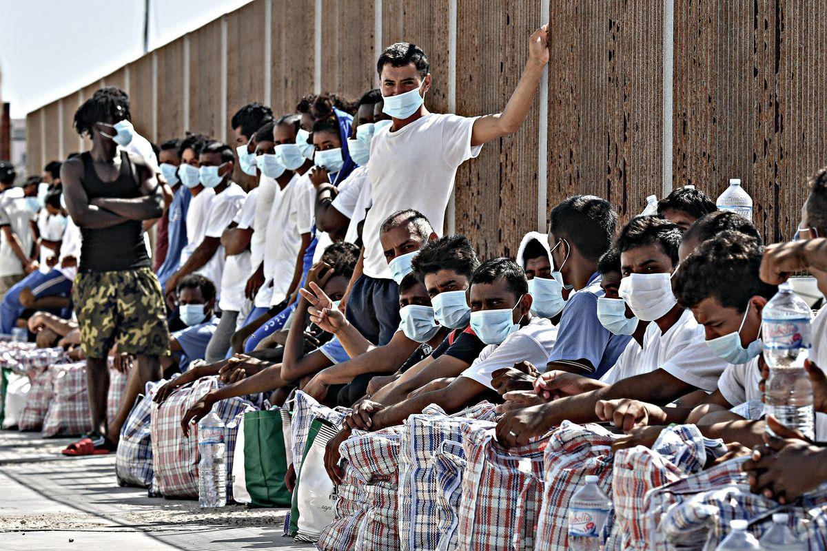 Criminalizzano le discoteche e chiudono gli occhi sui centri profughi