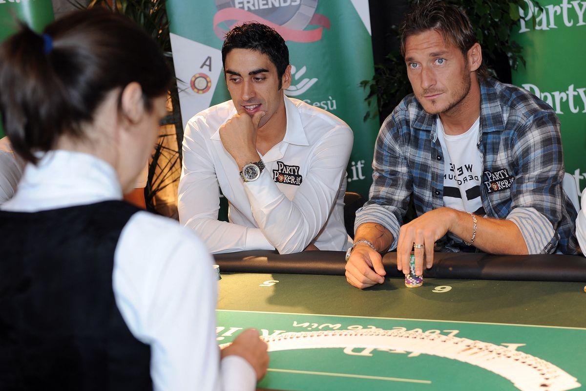 Totti impassibile al tavolo da poker. Neanche una pantegana lo sconvolse
