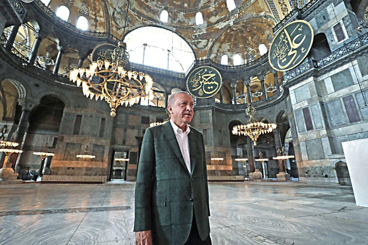 Erdogan compie la sottomissione islamica di Santa Sofia