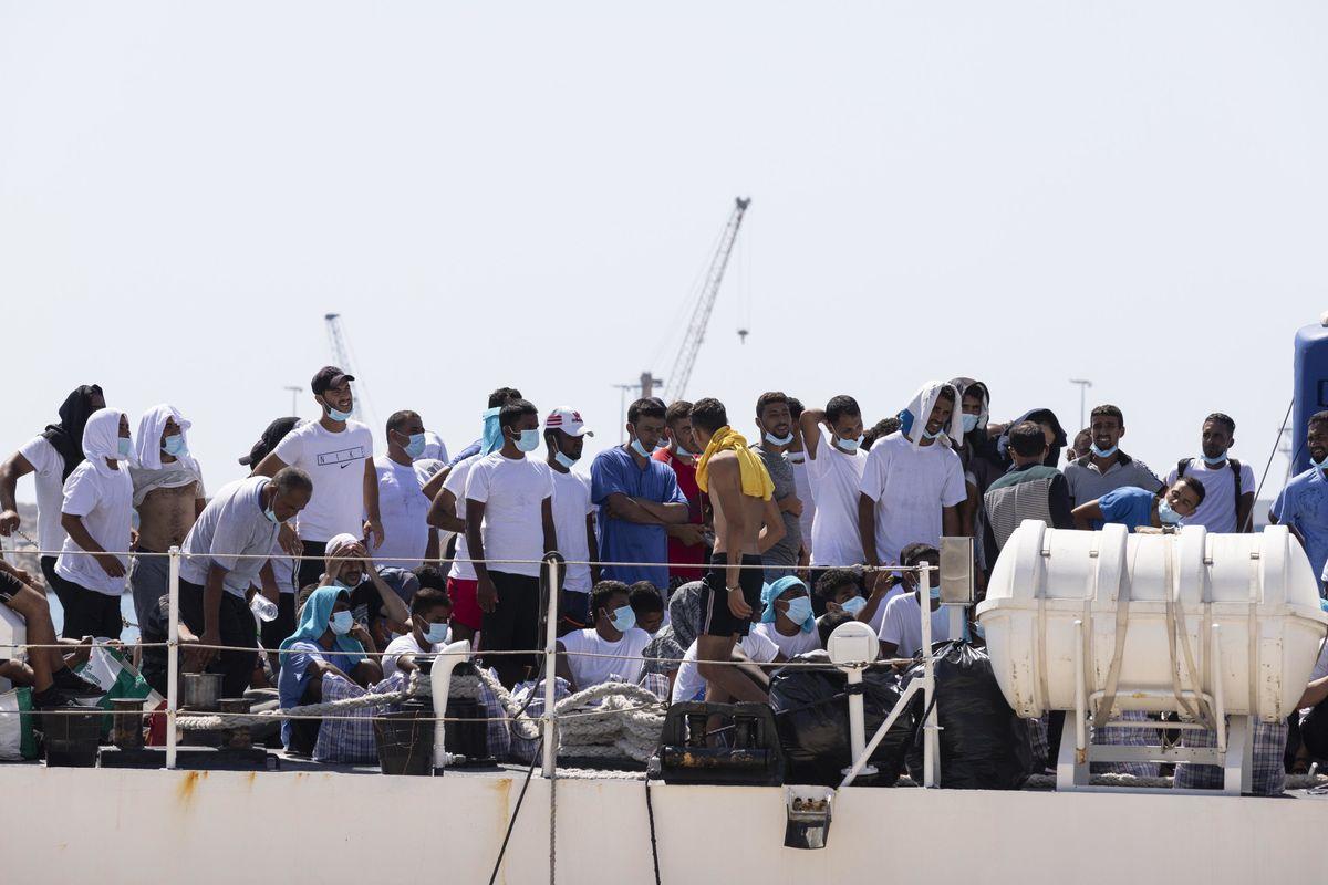 Boom di arrivi, Lampedusa scoppia. E noi pattugliamo i confini francesi